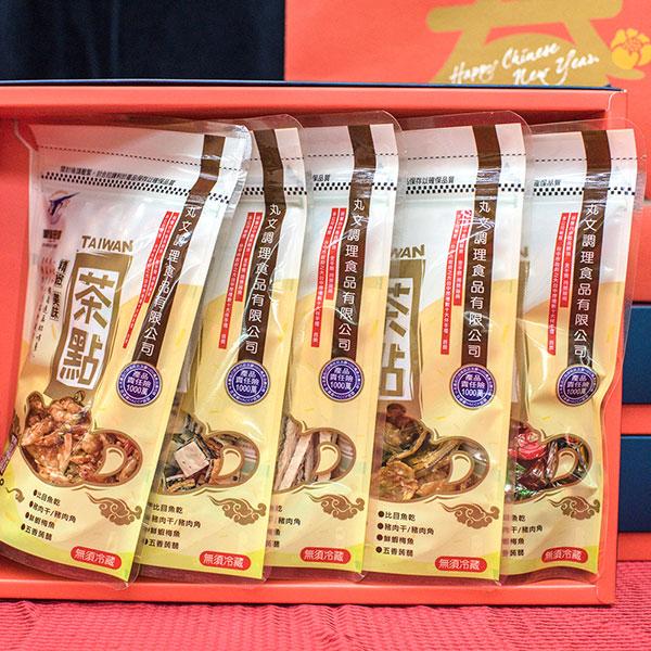 好吃零嘴茶點禮盒(櫻花蝦90g+鮭魚丁角90g+鮪魚糖65g+芝麻夾心絲90g+鮮蝦梅魚65g) 1